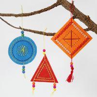 Farbenfroh bemalte und bestickte Objekte zum Aufhängen