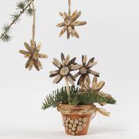 Weihnachtssterne aus Holzscheibchen, verziert mit Glitzerkleber