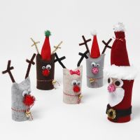 Weihnachtsmann mit Rentieren aus recycelten Pappröhren