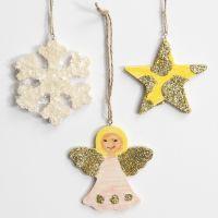 Hängende Weihnachtsdeko mit Glitter- oder Kunstschnee-Deko