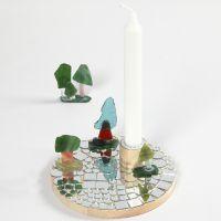 Kerzenhalter auf Holzplatten, verziert mit verschiedenen Mosaiken