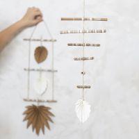 Mobile aus verzierten Bambusstöckchen und Blättern aus Lederimitatpapier