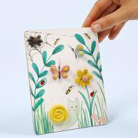 Naturbild auf Karton zum Aufstellen, verziert mit modellierten Silk Clay-Figuren