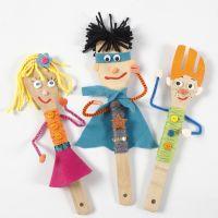 Figuren für ein Puppentheater, angefertigt mit Küchenzubehör aus Bambus und Bastelmaterial