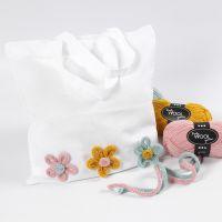 Stoffbeutel, verziert mit Strickschlauch-Blumen