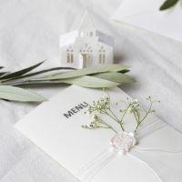 Menu-Karten in Off-White mit Pergament-Cover und Kirchenmotiven als Deko