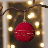 Aus Baumwolle gehäkelte Weihnachtskugel