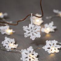 Aus Baumwolle gehäkelte Schneeflocken