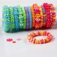 Regenbogen-Armbänder aus Plastikperlen