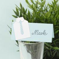 Tischkarten für die Konfirmationstafel, gestaltet mit weißem Hemd und gestanzter Design-Krawatte