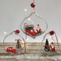 Hängende Wehnachtsdeko aus Mini-Figuren in Ausstechförmchen