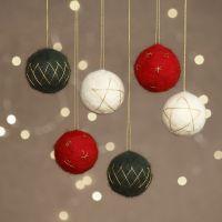 Nadelfilz-Weihnachtskugeln auf Styroporbasis, verziert mit Goldfäden