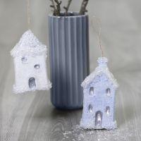 Pappmaché-Häuser zum Aufhängen, verziert mit Sticky Base und Glitter