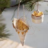 Spitztüte aus Spanholz, verziert mit Stempelmotiven