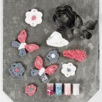 Hängende Deko-Elemente aus Foam Clay Large, geformt in Ausstechformchen