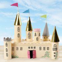 Märchenschloss aus Pappkarton und Pappröhren, gestaltet und verziert mit Bastelfarbe