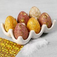 Dekorative Eier - gestaltet mit Wasserfarben und Dekofolie