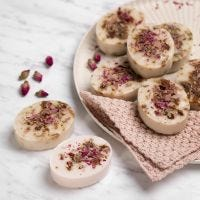 Selbst angefertigte Seife aus Shea-Seifenbasis mit Vanille und Rosenblüten