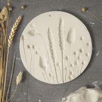 Platte aus selbsthärtendem Ton mit Druckmotiven von getrockneten Blumen