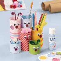 Lustige Stiftbehälter aus Pappröhren, verziert mit Bastelfarbe und Bastelmaterial