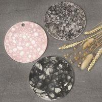 Platte aus selbsthärtendem Ton, verziert mit der Seifenblasentechnik