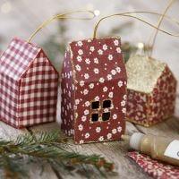 Weihnachtliche Häuschen aus Karton und Stoff zum Aufhängen, dekoriert mit Glitter