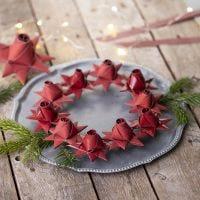 Geflochtener Weihnachtsstern mit einer Rosenknospe