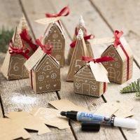 Adventkalender mit 24 Häuschen und Tannenbäumchen aus Pappmaché
