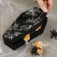 Halloween-Sarg mit süßer Füllung und Spinnen
